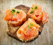 Fette delle baguette con il salmone fresco fotografia stock