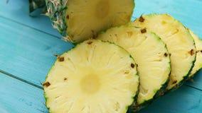 Fette di ananas su legno blu video d archivio