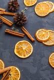 Fette di arancia, di bastoni di cannella e di pigne secchi sul da Fotografia Stock Libera da Diritti