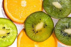 Fette di arancio e di kiwi. fotografia stock
