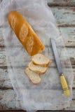 Fette di baguette con il coltello Fotografie Stock Libere da Diritti