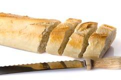 Fette di baguette con un coltello Immagini Stock Libere da Diritti
