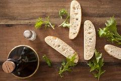 Fette di baguette fresche con le foglie del razzo Immagini Stock Libere da Diritti