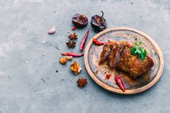 Fette di bistecca di manzo con le spezie sulla tavola blu fotografia stock