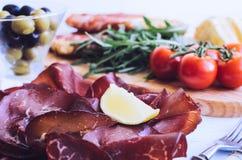 Fette di Bresaola su un piatto Fotografia Stock