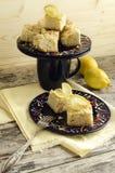 Fette di briciola del limone e di tazza di latte Immagini Stock