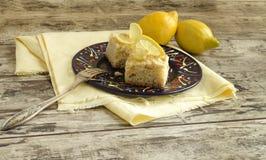 Fette di briciola del limone e di tazza di latte Fotografia Stock Libera da Diritti