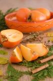 Fette di cachi sull'foglie Fotografia Stock Libera da Diritti