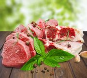 Fette di carne cruda con le spezie Fotografie Stock