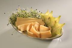 Fette di chhese con le fette di starfruit e di germogli dal lato immagini stock