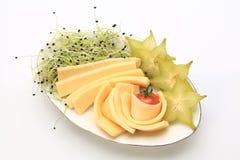 Fette di chhese con le fette di starfruit e di germogli dal lato fotografia stock
