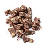 Fette di cioccolato rudemente grattato con i dadi Fondo isolato bianco Vista superiore fotografie stock