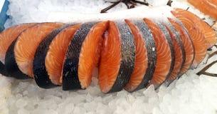 Fette di color salmone fresche fotografie stock libere da diritti