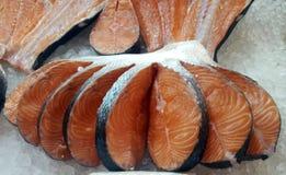 Fette di color salmone fresche immagine stock