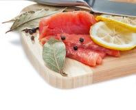 Fette di color salmone sulla scheda di legno Immagini Stock Libere da Diritti