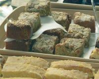 Fette di dolce visualizzate su una Tabella B della stalla del mercato Fotografia Stock