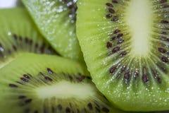 Fette di fine del kiwi su Fotografia Stock