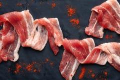 Fette di lardo di bacon su fondo scuro, primo piano immagini stock