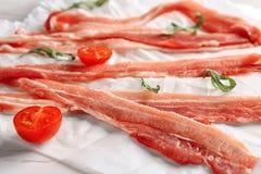 Fette di lardo di bacon su pergamena, primo piano immagine stock