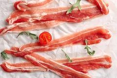 Fette di lardo di bacon su pergamena, primo piano fotografie stock libere da diritti