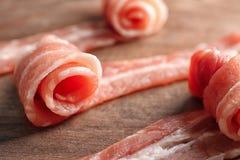 Fette di lardo di bacon sul bordo di legno, primo piano immagini stock