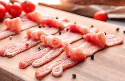 Fette di lardo di bacon sul bordo di legno, primo piano fotografia stock libera da diritti