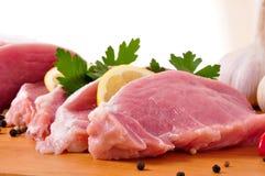 Fette di lombo con il limone, parslay e l'aglio immagine stock