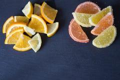 Fette di marmellata d'arance limone e pezzi arancio Colore giallo ed arancio Fotografia Stock