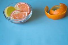 Fette di marmellata d'arance limone e pezzi arancio in piatto con l'orango Immagine Stock Libera da Diritti