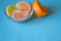 Fette di marmellata d'arance limone e pezzi arancio in piatto con l'orango Fotografie Stock Libere da Diritti