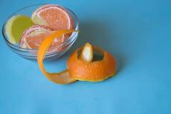 Fette di marmellata d'arance limone e pezzi arancio in piatto con l'orango Fotografie Stock