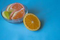 Fette di marmellata d'arance limone e pezzi arancio in piatto Ingiallisca Immagini Stock Libere da Diritti