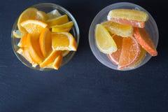 Fette di marmellata d'arance limone e pezzi arancio in piatto Ingiallisca Fotografie Stock Libere da Diritti
