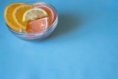 Fette di marmellata d'arance limone e pezzi arancio in piatto Ingiallisca Fotografia Stock Libera da Diritti