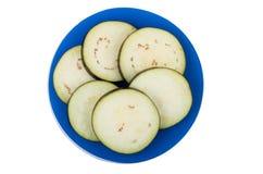Fette di melanzana fresca sul piatto blu Immagine Stock Libera da Diritti
