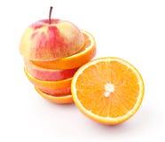 Fette di mele ed a metà di arancio Immagine Stock