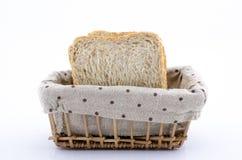 Fette di pane in canestro di vimini Immagine Stock