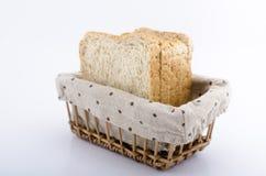 Fette di pane in canestro di vimini Fotografia Stock Libera da Diritti