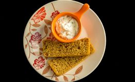 Fette di pane casalingo con salsa cremosa Fotografie Stock