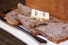 Fette di pane con burro e un coltello Fotografie Stock