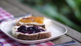Fette di pane con inceppamento in un piatto archivi video