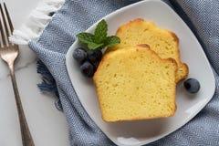 Fette di pane del limone su un piatto Fotografie Stock Libere da Diritti