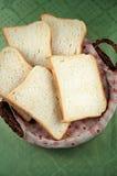 Fette di pane del pane tostato su un cestino Fotografie Stock Libere da Diritti