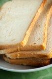 Fette di pane del pane tostato su una zolla bianca Fotografie Stock Libere da Diritti