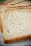 Fette di pane del pane tostato su una zolla bianca Fotografia Stock