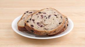 Fette di pane dello streusel del mirtillo sul piatto bianco Fotografia Stock