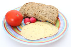 Fette di pane, di pomodoro, di formaggio e di ravanello sul piatto Fotografia Stock