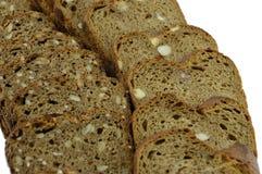Fette di pane di segale su una priorità bassa bianca Fotografia Stock