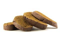 Fette di pane nero isolate su bianco Fotografia Stock