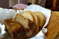 Fette di pane scuro e leggero in un canestro fotografia stock libera da diritti